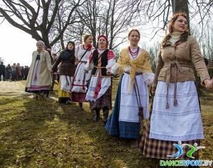 fête traditionnelle biélorusse appeler le printemps - mener une ronde