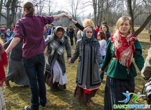 fête traditionnelle biélorusse appeler le printemps mener une ronde et danser