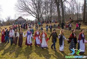 fête traditionnelle biélorusse appeler le printemps mener une ronde
