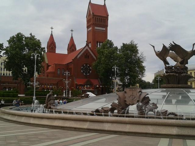 L'église rouge et les cigognes à Minsk