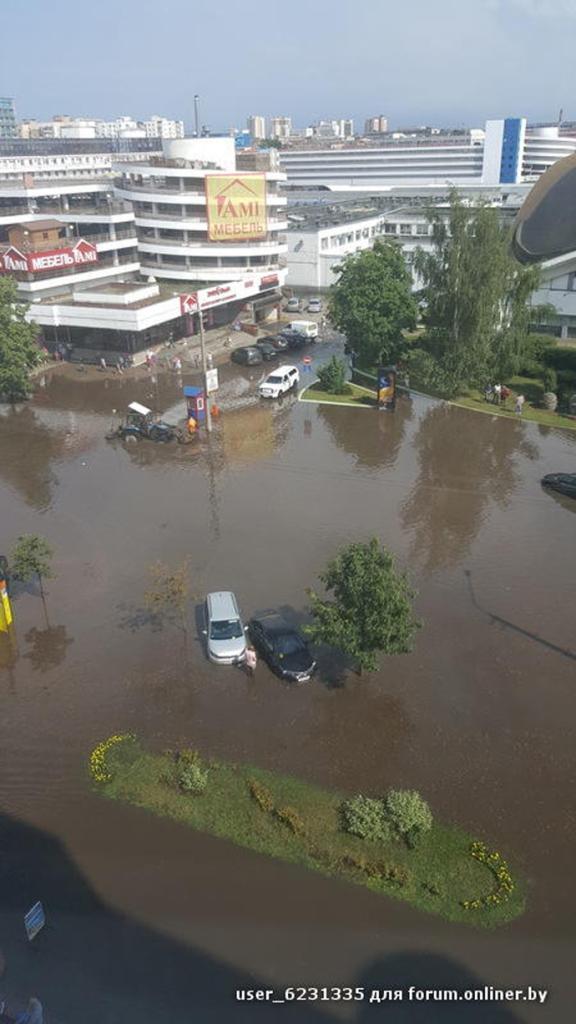 pluie tempête près du marché Komarovsky Minsk