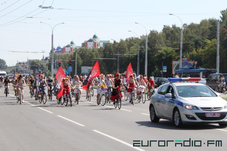 défilé cycliste ethnique à brest bélarus