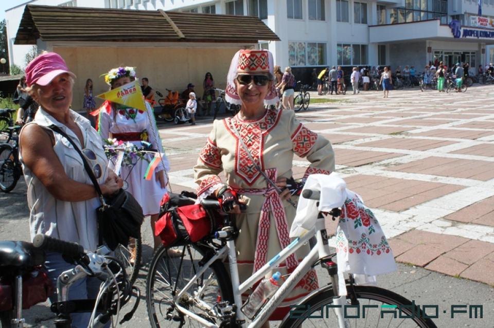 femme âgée à vélo en costume traditionnel biélorusse
