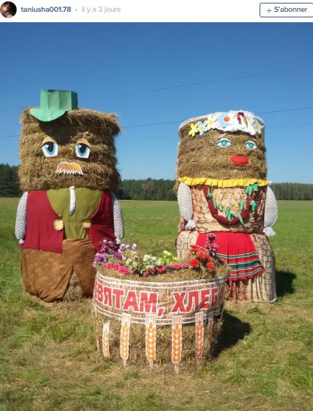figures agricoles géantes de paille sur les champs
