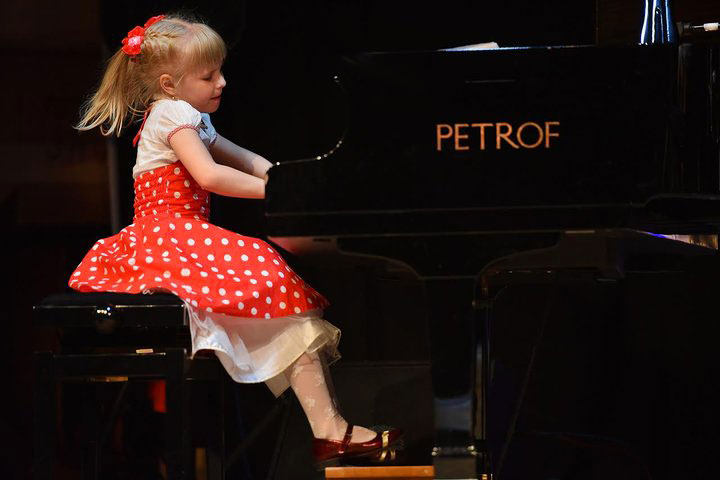 7-letnjaja-pianistka-vunderkind-iz-soligorska-otkroet-dzhazovye-ve